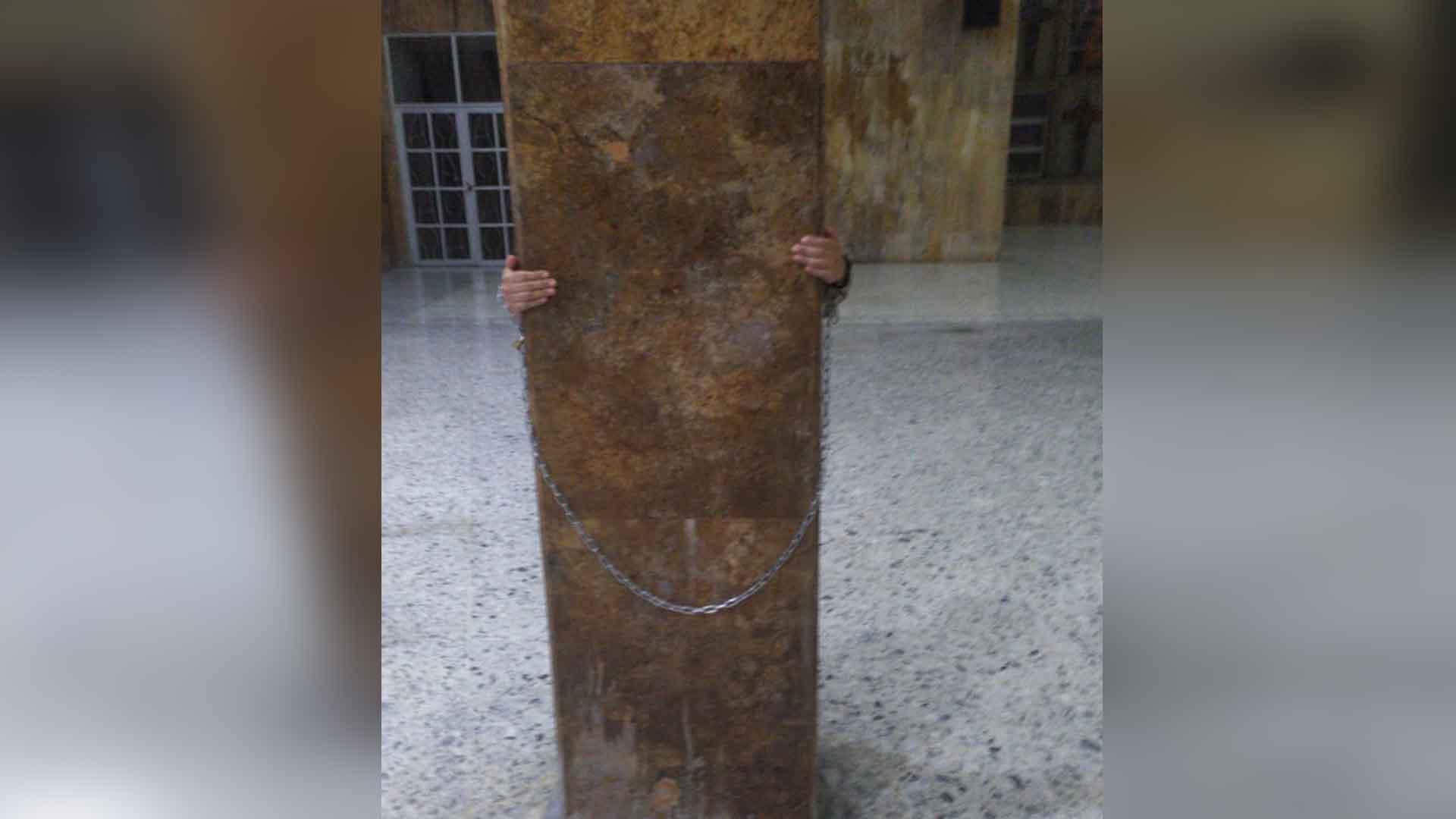 Un estudiante se encadenó en un pilar de la Catedral.