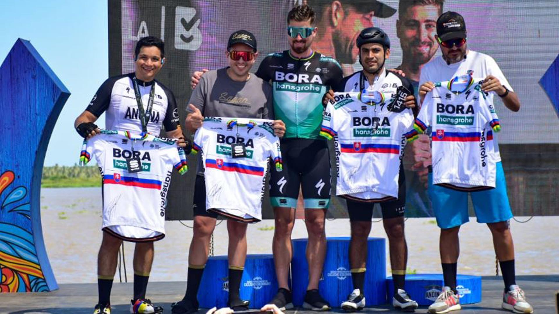 Sagan junto a otros ciclistas aficionados.
