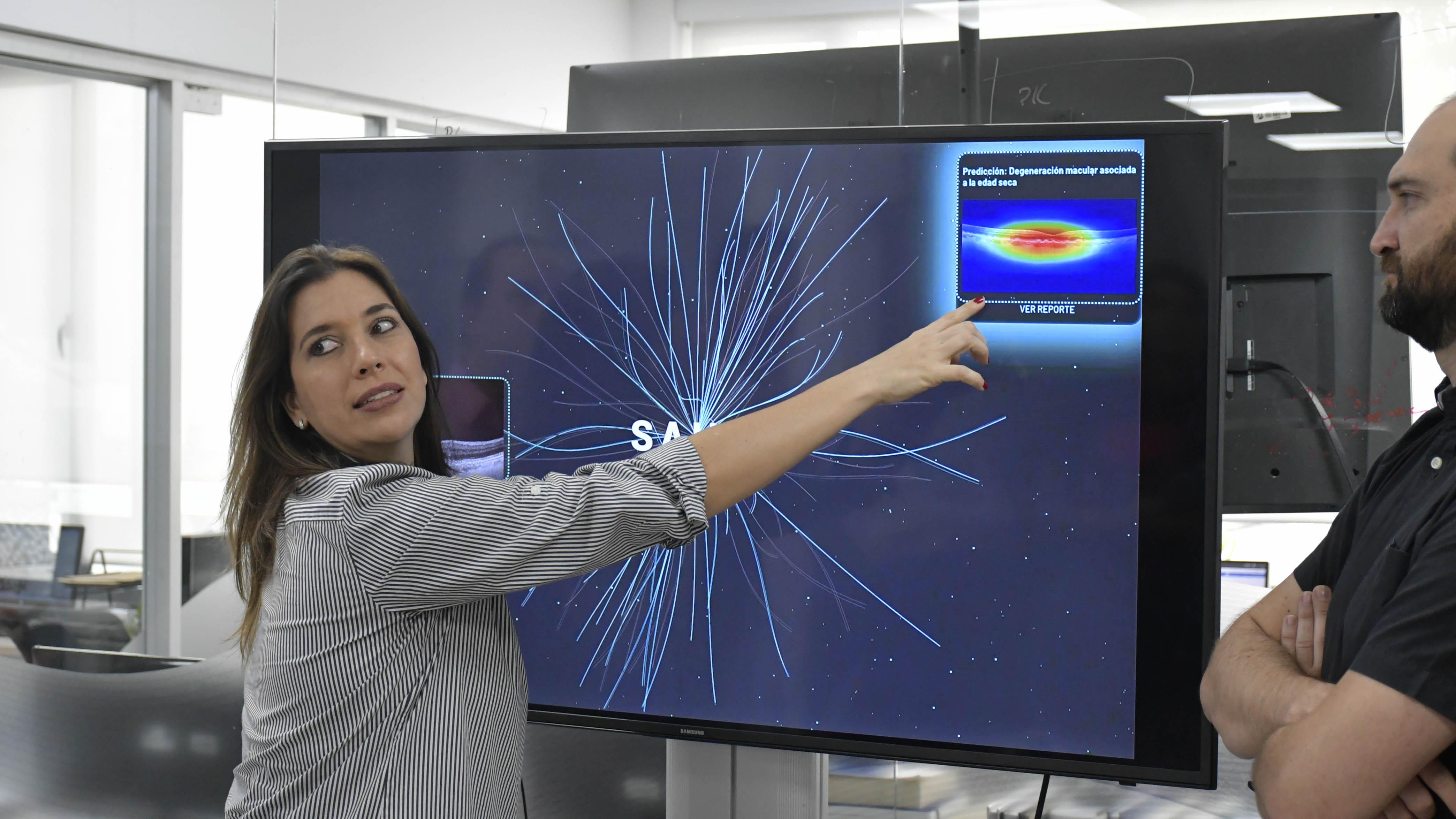 La retinóloga Hildegard Piñeros explica el resultado detectado por el programa Sahli.