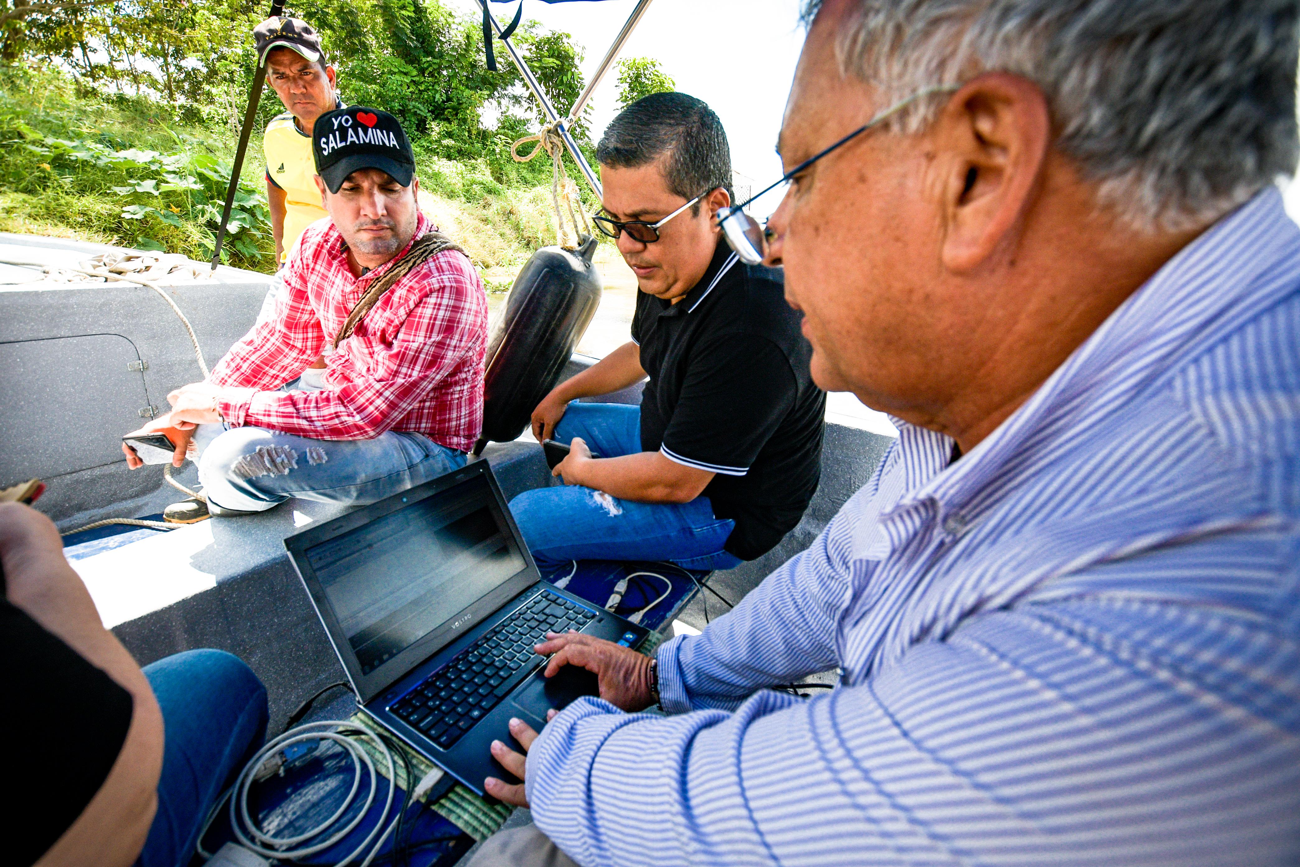 El alcalde José Díaz y el palmicultor Luis Guillermo Ossa miran el estudio de batimetría realizado en el sitio de la emergencia.