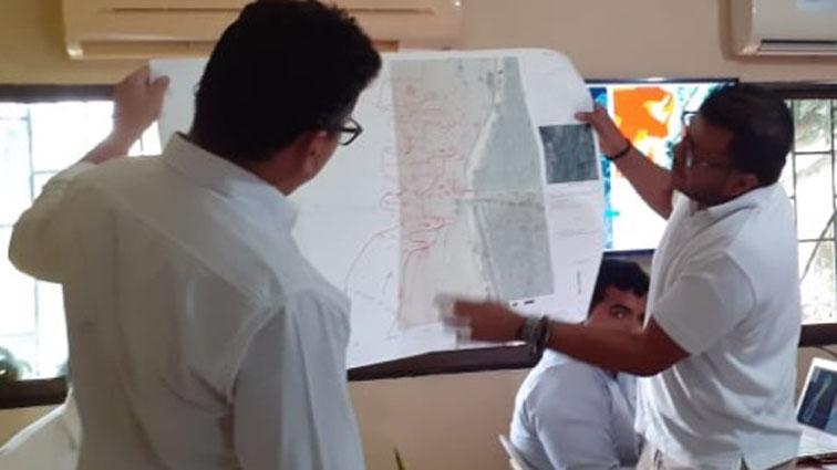 El ingeniero Esdie Lora y el delegado de Cormagdalena, Bladimir Salcedo, evalúan el diagnóstico del sitio.