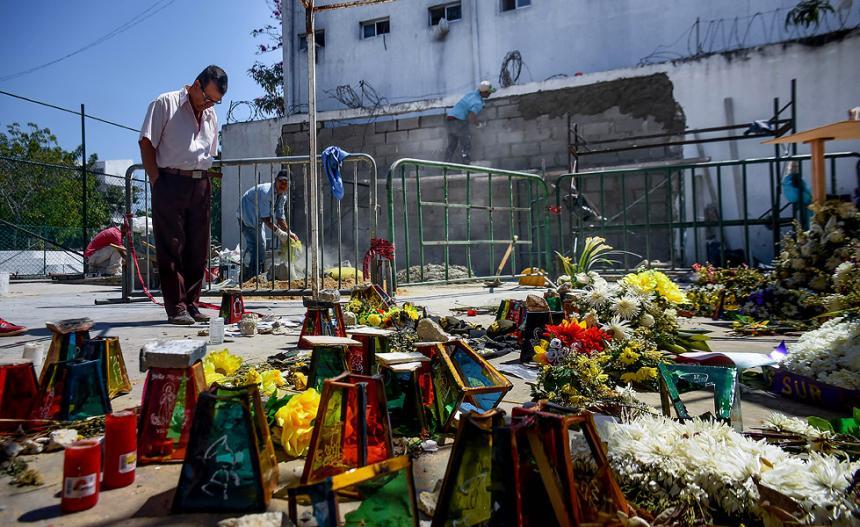 Tras el atentado la comunidad hizo un altar allí.