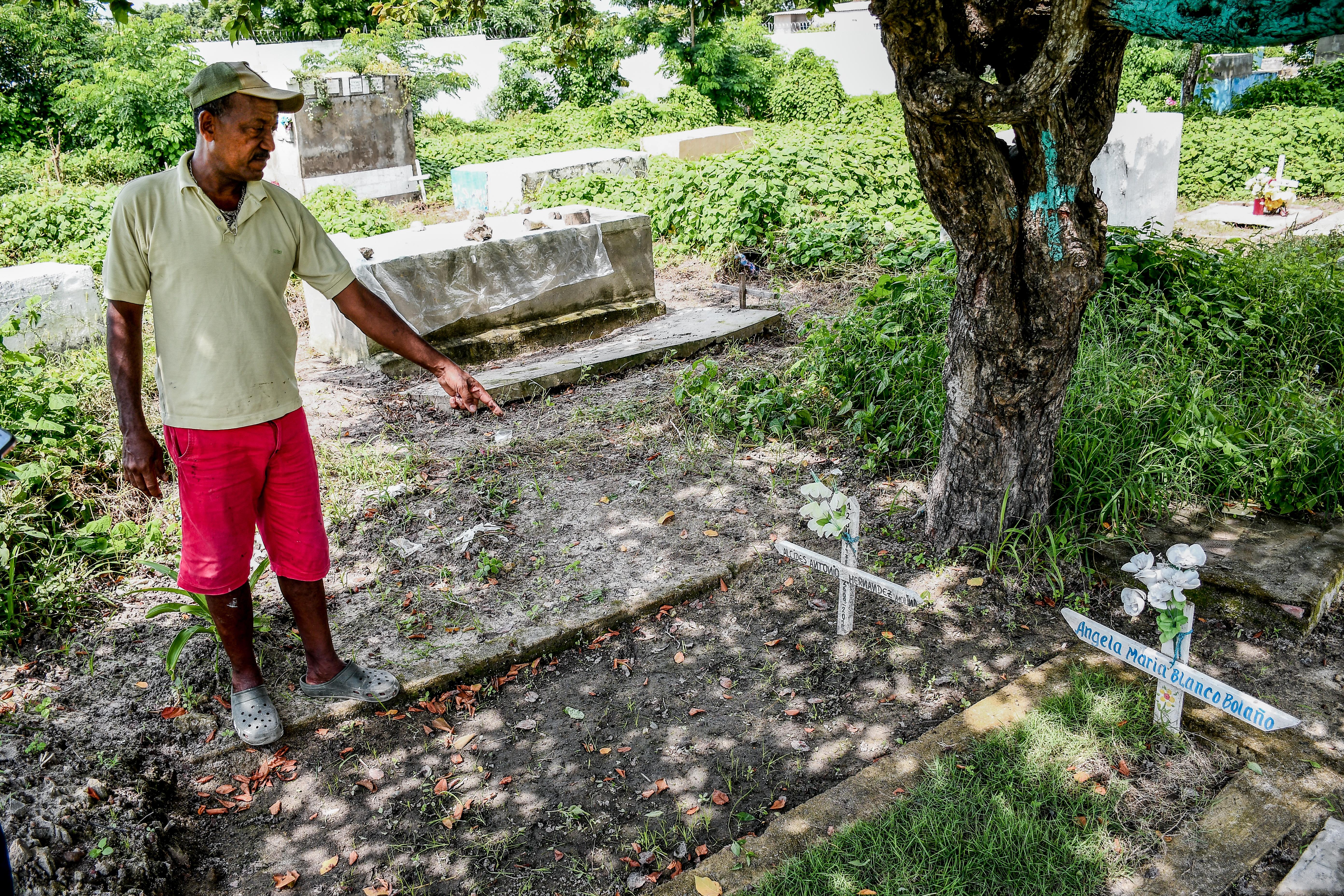 Iván García Guerrero señala la tumba donde debería estar su tío.