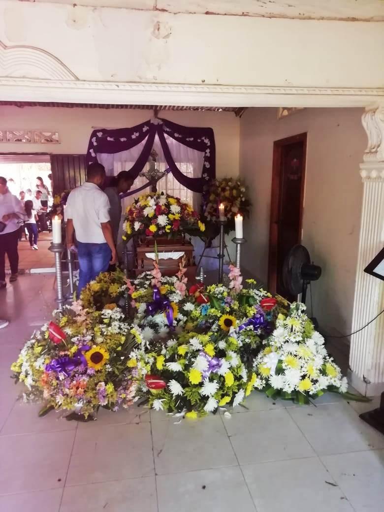 Flores alrededor del ataúd de Pablo Muñoz.