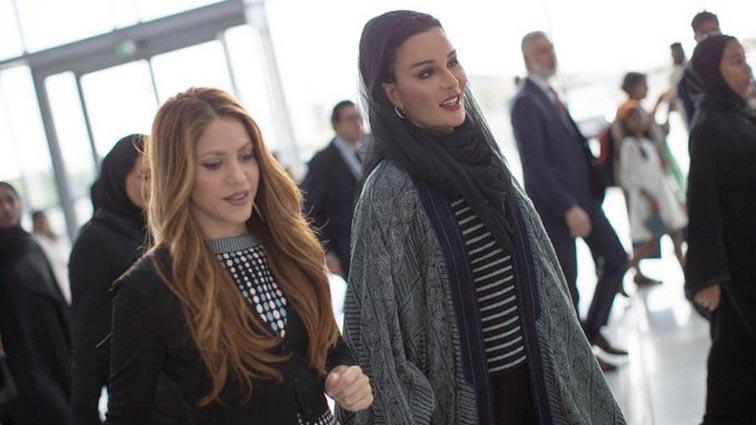Shakira y Su Majestad Sheikha Moza bint Nasser, camino a la plenaria.