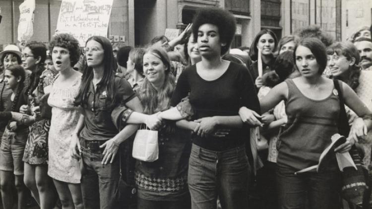 """She's beatiful when she's angry (2014)  El trabajo, dirigido por Mary Dore se ambienta en en los 60, un momento en el que el lema """"lo personal es político"""" cambió al mundo. Muestra cómo el feminismo logró crear conciencia del patriarcado."""