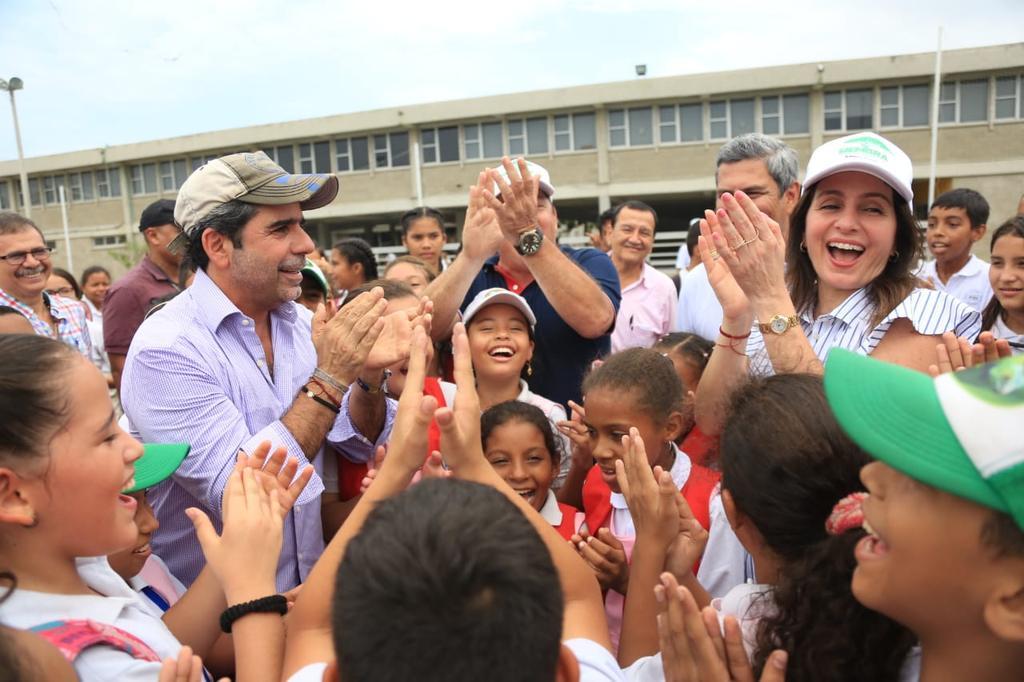 El alcalde Char y la primera dama Katia Nule rodeados por estudiantes de la IED Pies Descalzos.