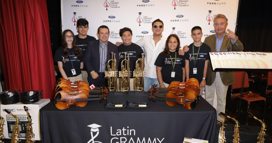 El cantante Silvestre Dangond con alumnos del programa de música.