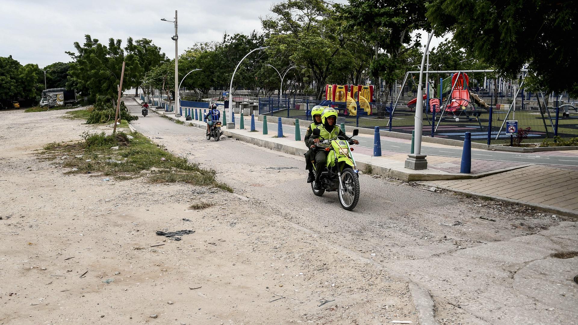 La Policía durante uno de sus recorridos por la zona.