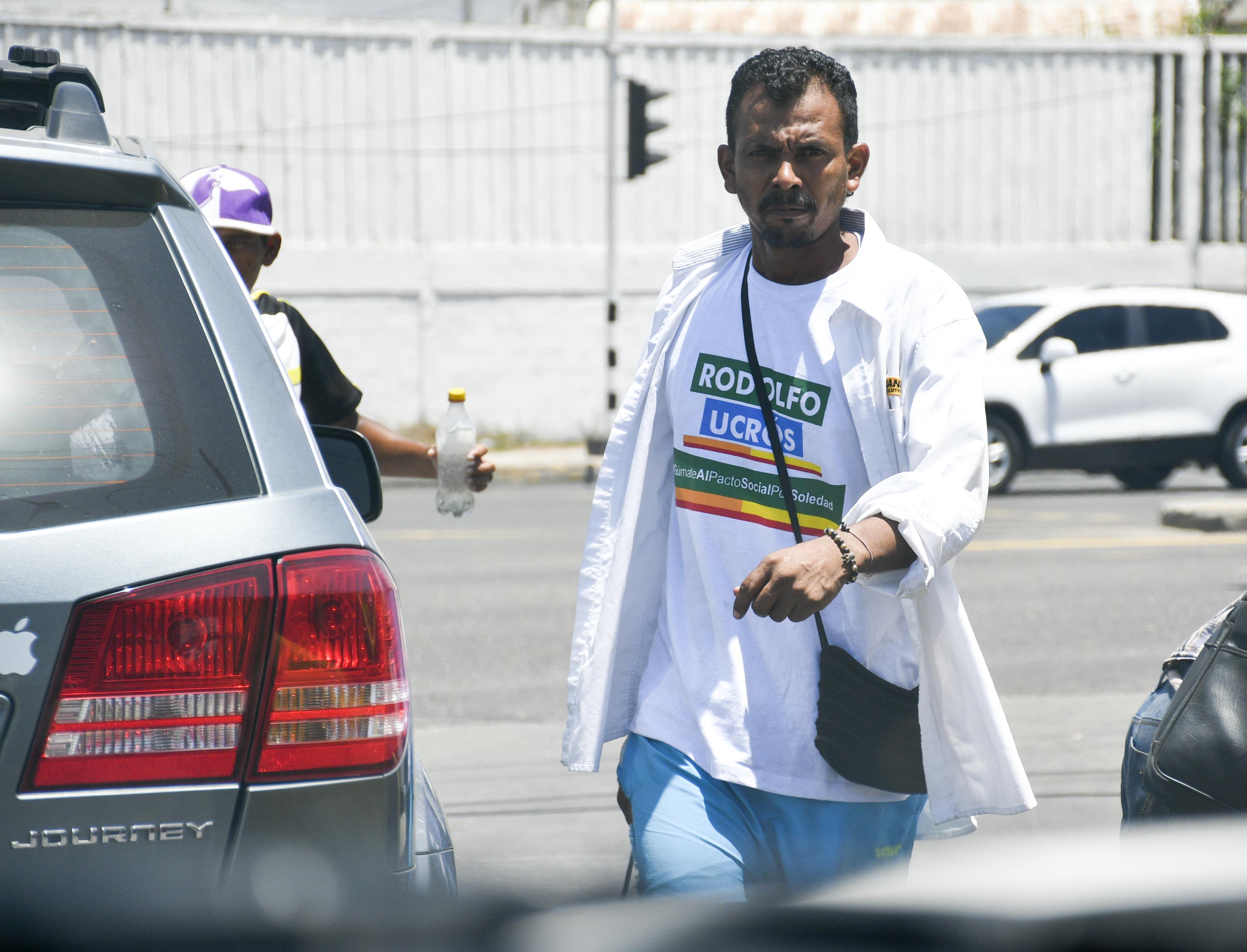 Algunos vendedores informales con camisas alusivas.