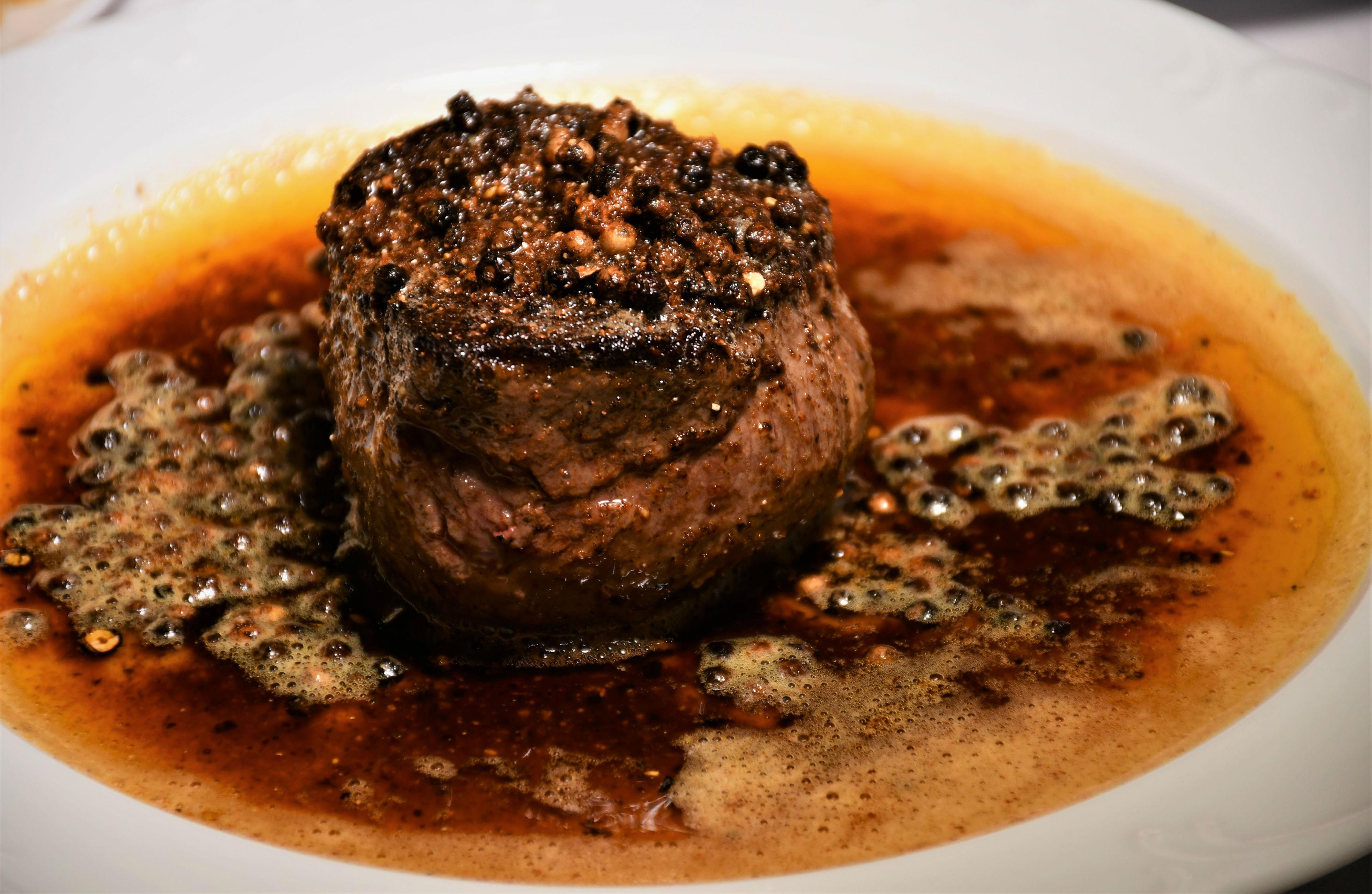 Steak House, creado por el chef Ernest hace más de medio siglo, contiene sabores de la India y mantiene la elección de una proteína seleccionada.
