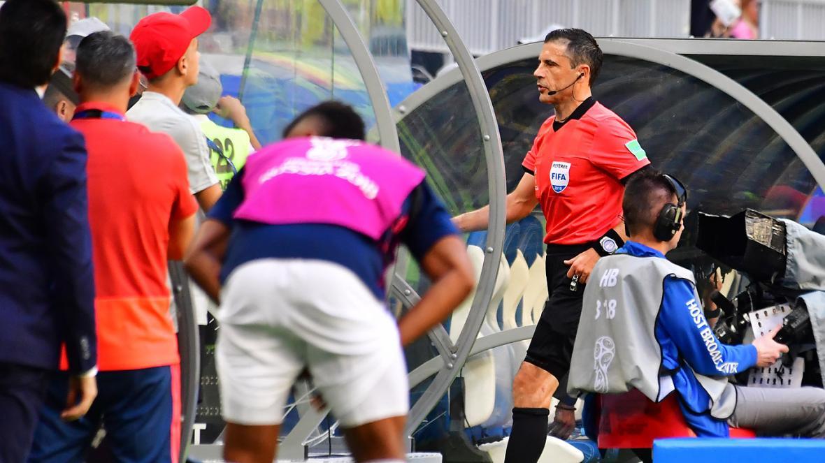 Momento en el que el árbitro Milorad Mazic va a revisar la pena máxima de Dávinson Sánchez.