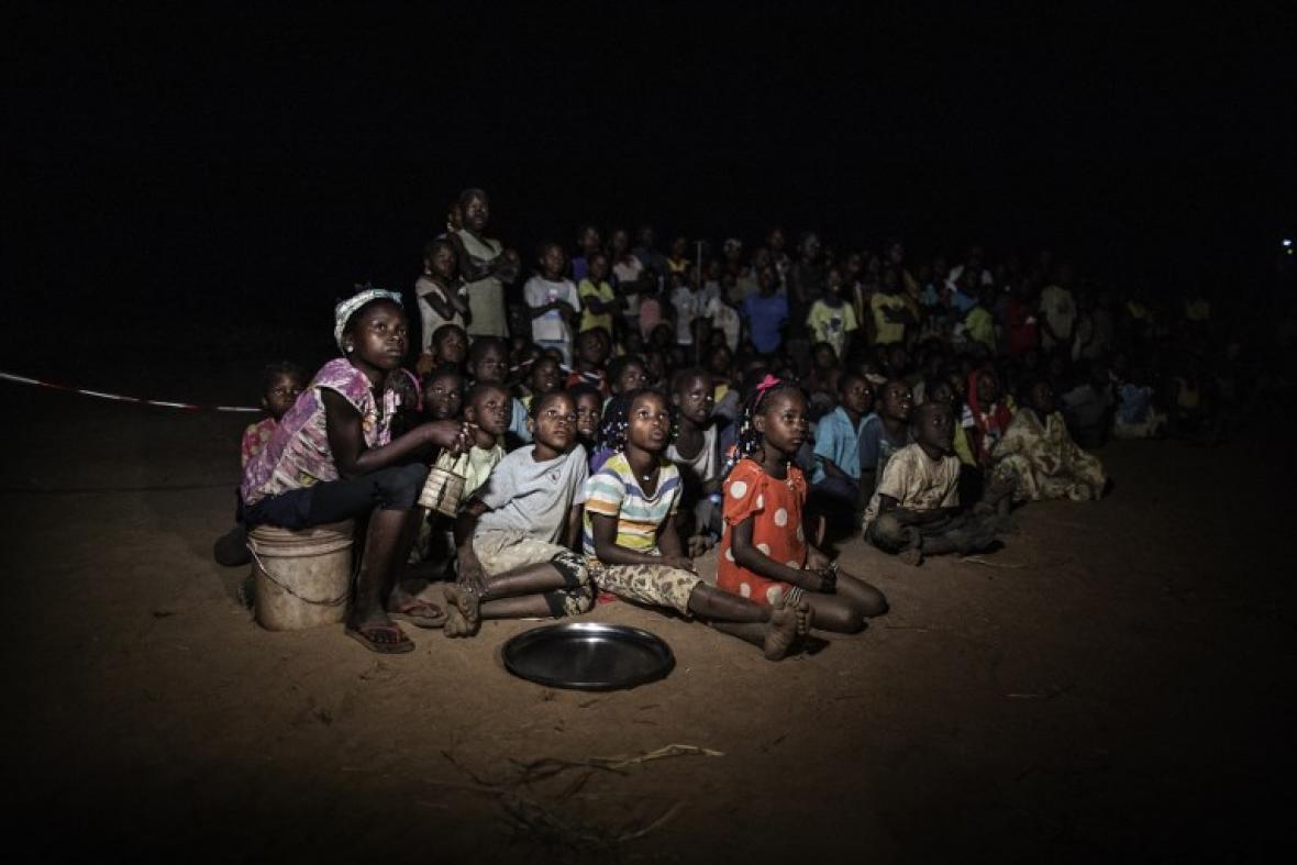 La noche cae en Alua , una aldea de Mozambique.