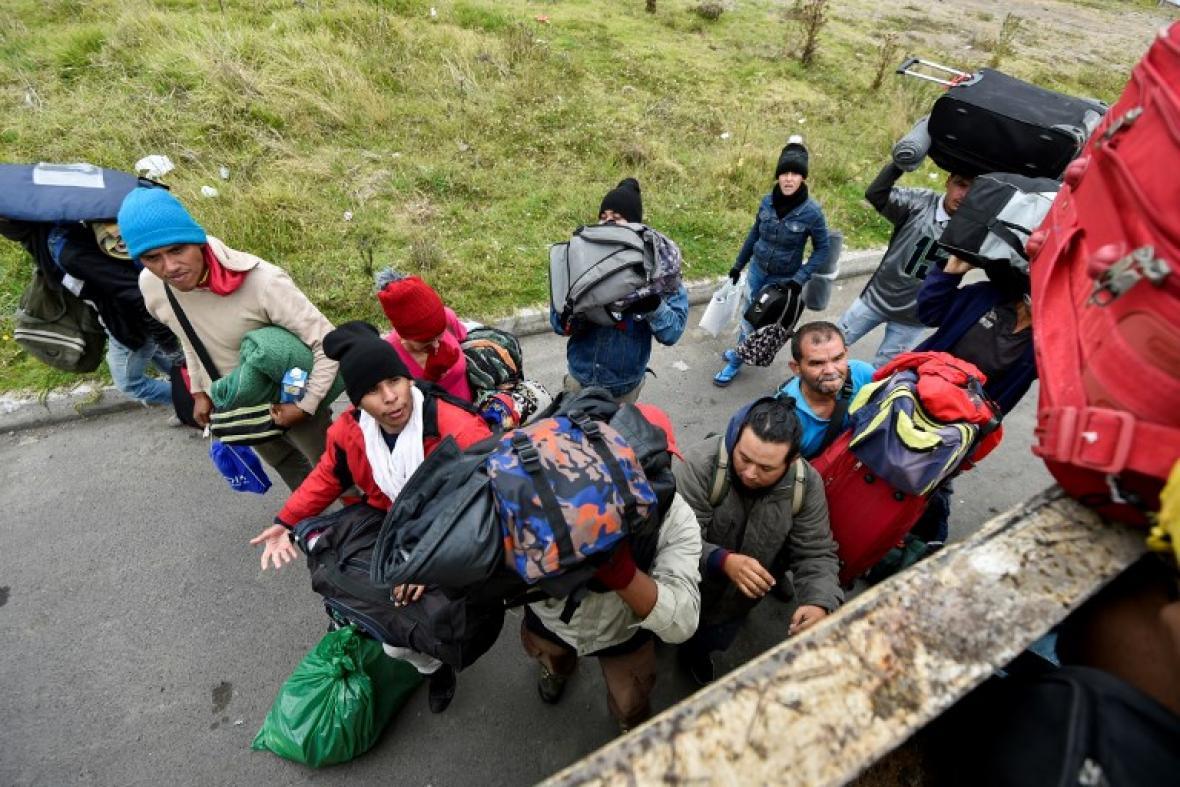 Venezolanos en carrera contra el tiempo para llegar a Perú