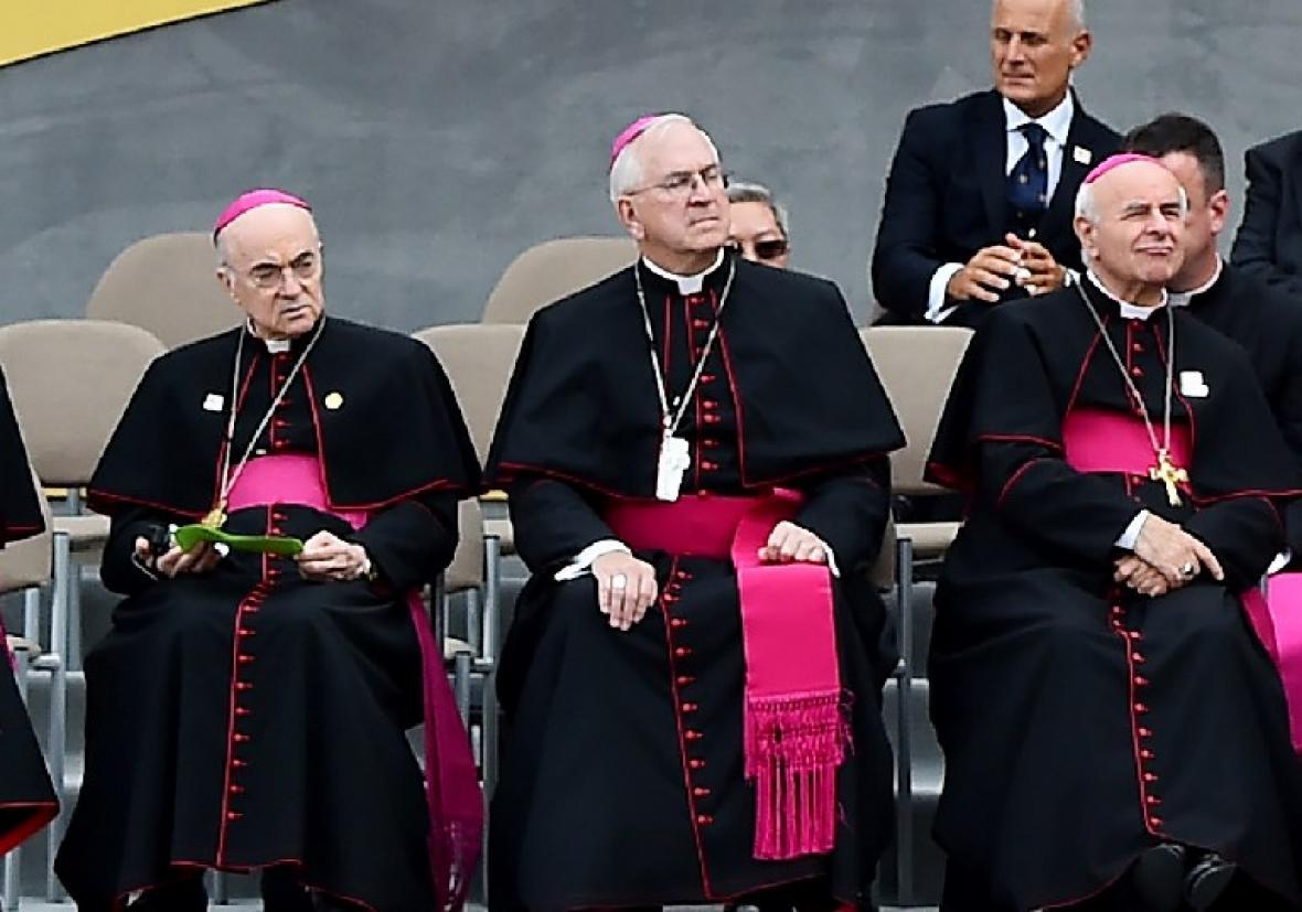 El arzobispo Carlo Maria Vigano (centro) un exenviado del Vaticano a Estados Unidos, acusó al Papa de ignorar sus advertencias sobre el estadounidense Theodore McCarrick.