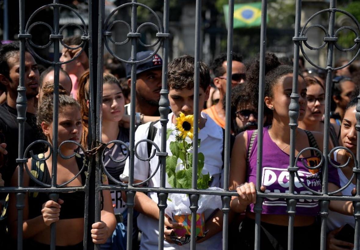 Ciudadanos dejan flores a la entrada del Museo Nacional de Río en señal de duelo.