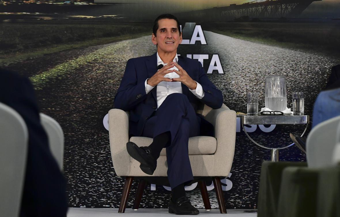 El candidato presidencial Rómulo Roux (Partido del Cambio Democrático) habla durante una reunión con empresarios de Panamá.
