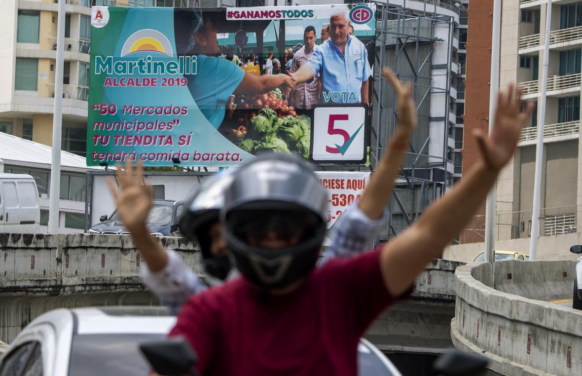 Seguidores de Ricardo Martinelli, ex presidente de Panamá y actual candidato a la alcaldía de la ciudad de Panamá, muestran un cartel con su imagen.