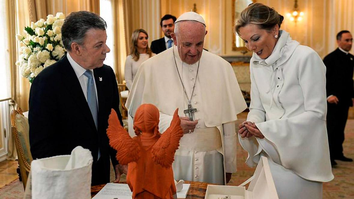 Tutina de Santos, de blanco en presencia del papa.