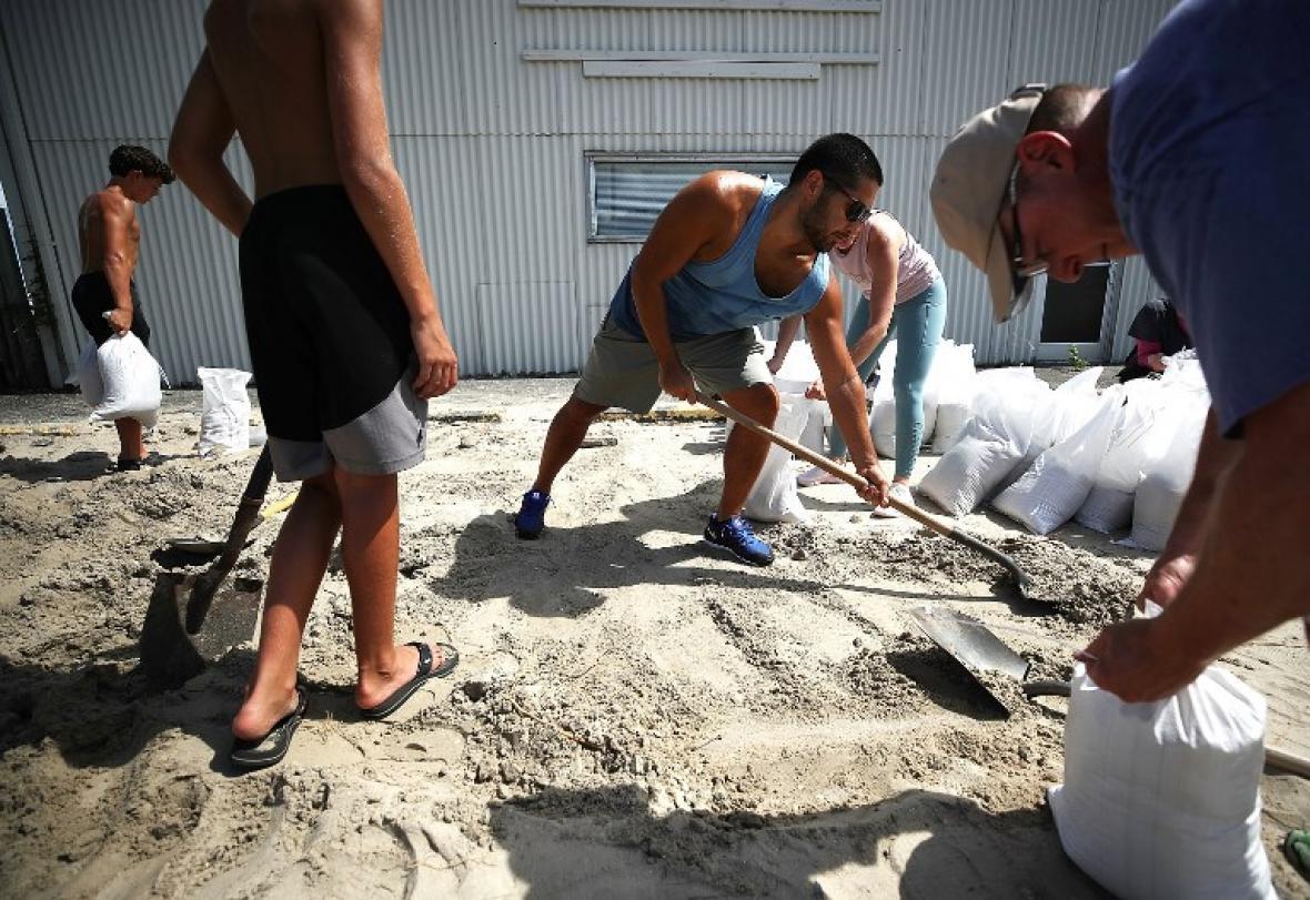 Cientos de personas se preparan ante el paso del huracán.