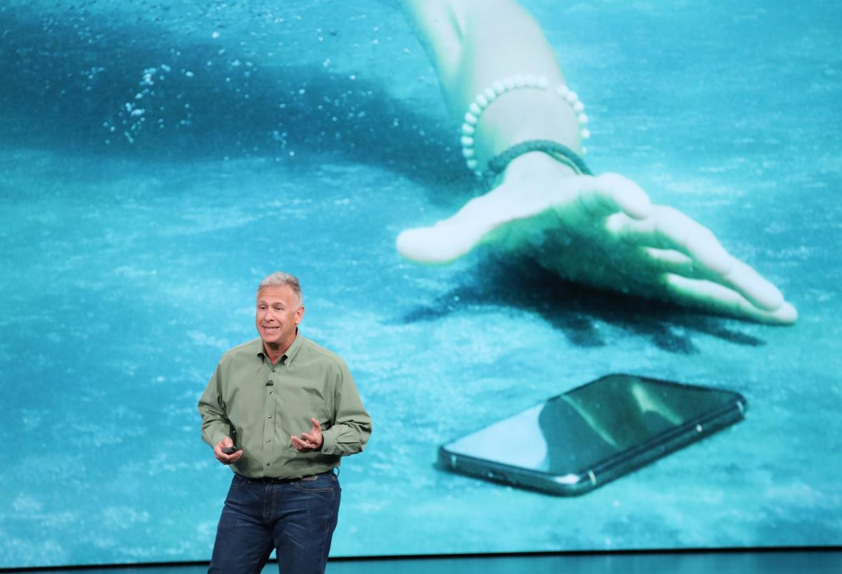 Phil Schiller, vicepresidente senior de marketing mundial de Apple Inc, habla en un evento de Apple en el Teatro Steve Jobs.