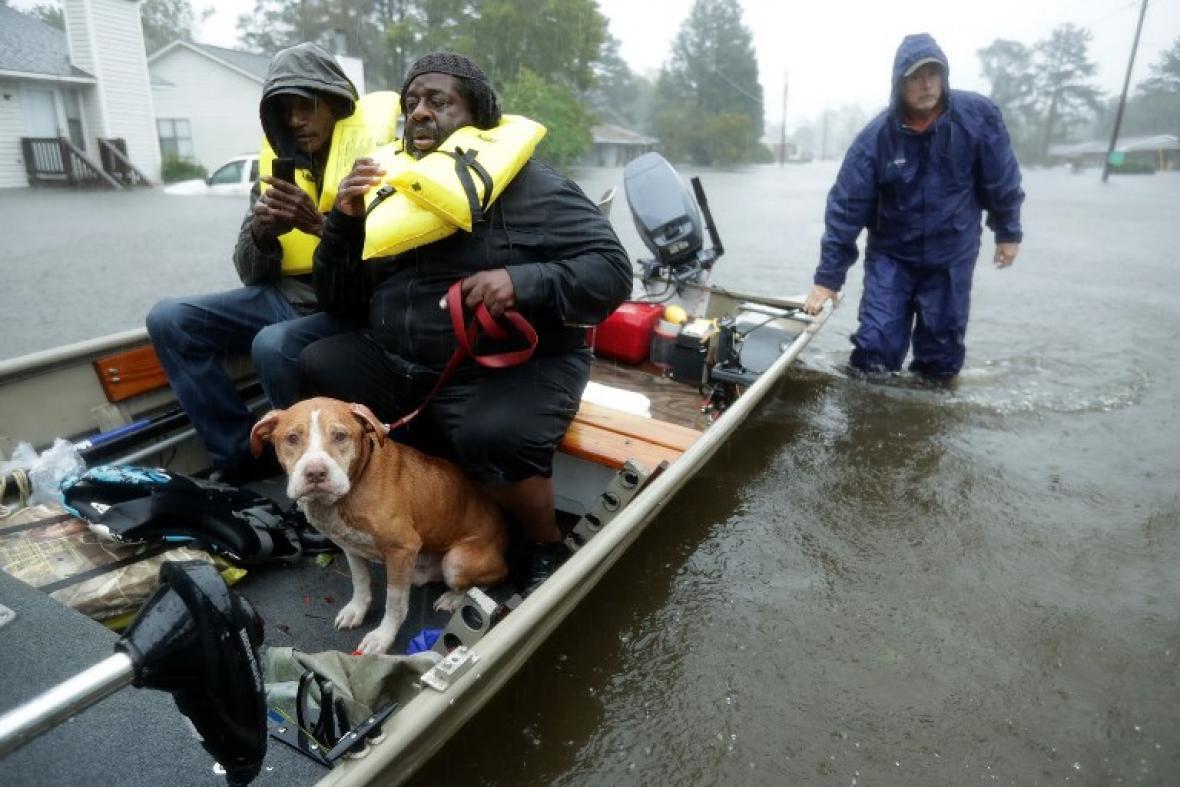 Socorristas evacúan a una familia en New Bern, Carolina del Norte, atrapada por inundaciones.