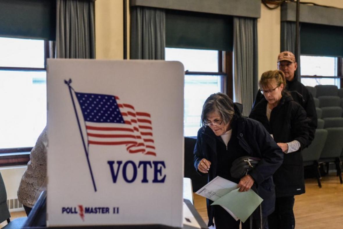 Demócratas triunfan en Cámara Baja y republicanos conservan el Senado