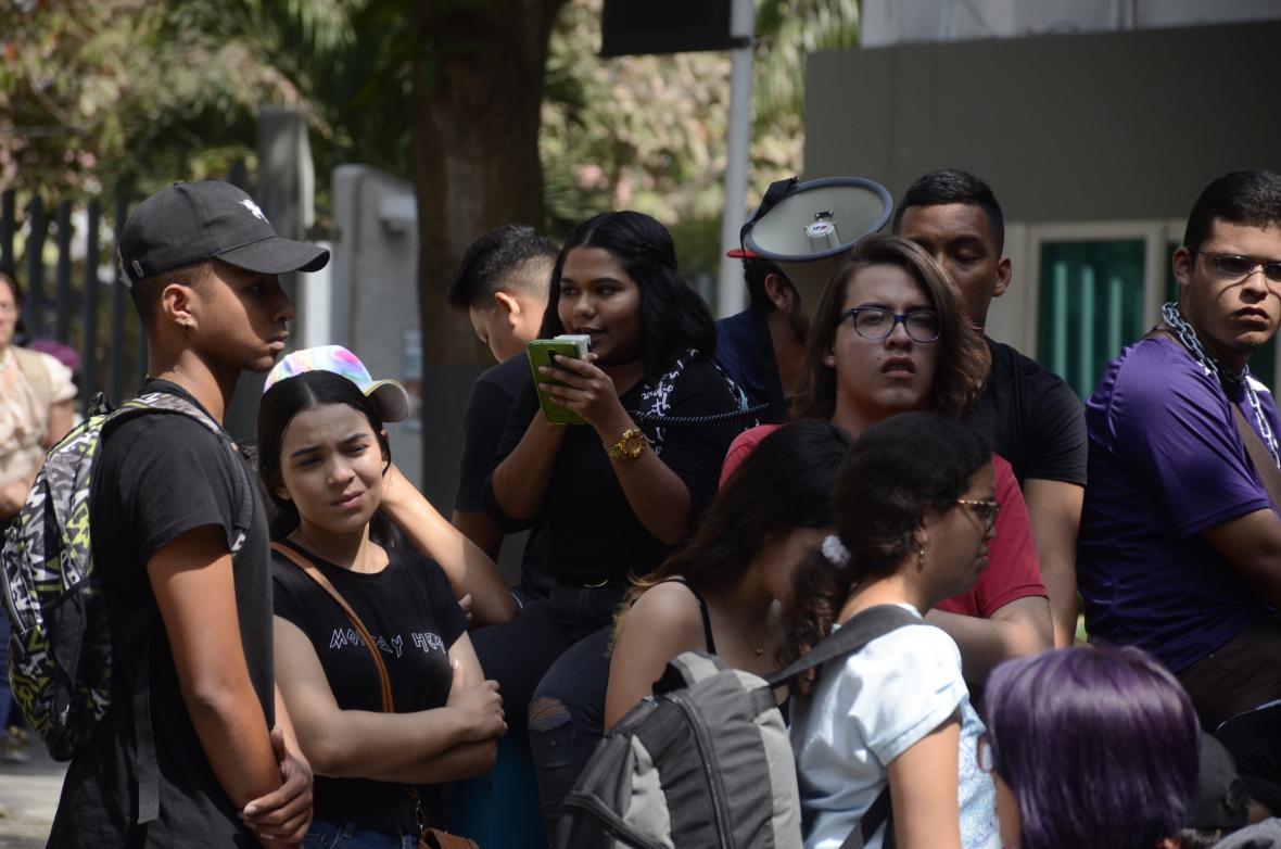 Un grupo de estudiantes participa de la protesta realizada ayer en la sede de la universidad.