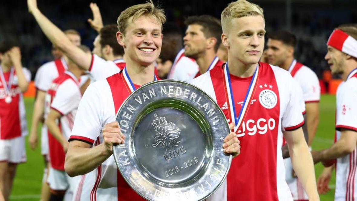Los jugadores del Ajax Frenkie de Jong y Donny van de Beek celebran el título de Liga.