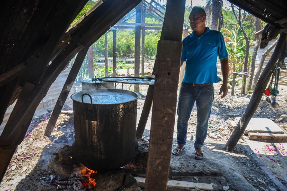 A cocinar el maíz. Desde las 8 de la mañana, Manuel Vidal pone a hervir las 80 libras de maíz blanco trillado por seis horas hasta que este completamente cocido y listo para recibir los demás ingredientes.
