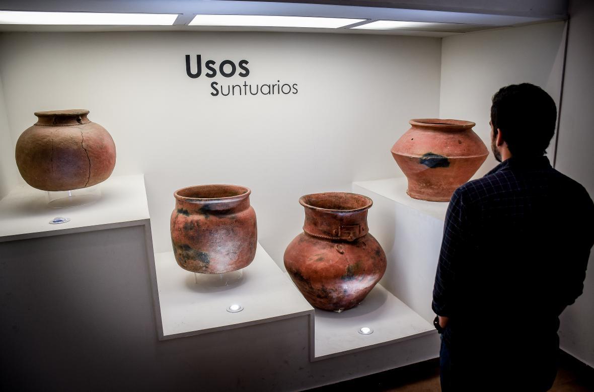 Vasijas religiosas exhibidas en el Muga.