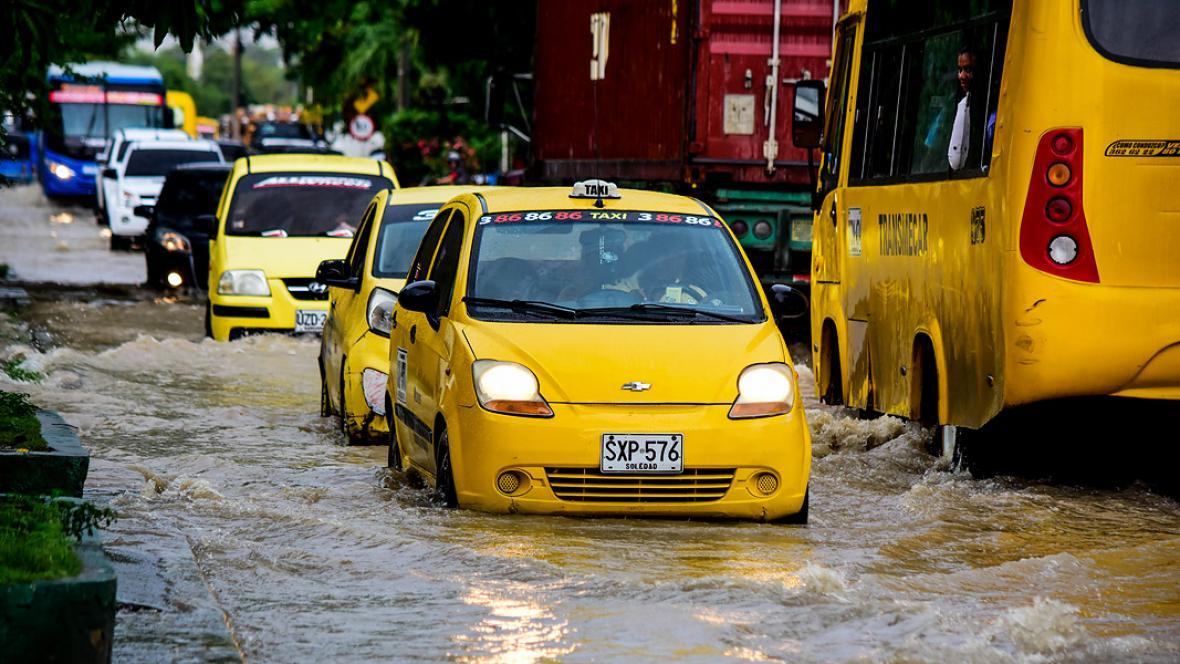 La calle 18 de Soledad se convirtió en un río ante la gran cantidad de agua represada.