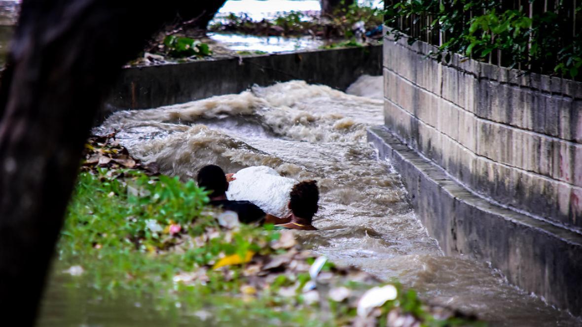 Varios niños arriesgan sus vidas sumergiéndose en las canalizaciones que recogen las aguas de los arroyos.