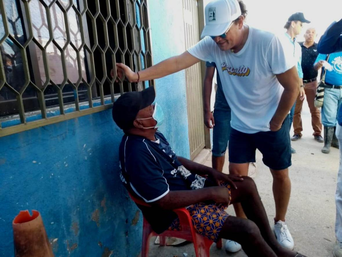 Carlos Vives visitando a Maximiliano en la casa que le regaló el cantante samario en Santa Marta.