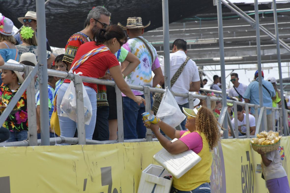 Vendedores de temporada de Carnaval durante el desfile de la Gran Parada de Tradición en la Vía 40.