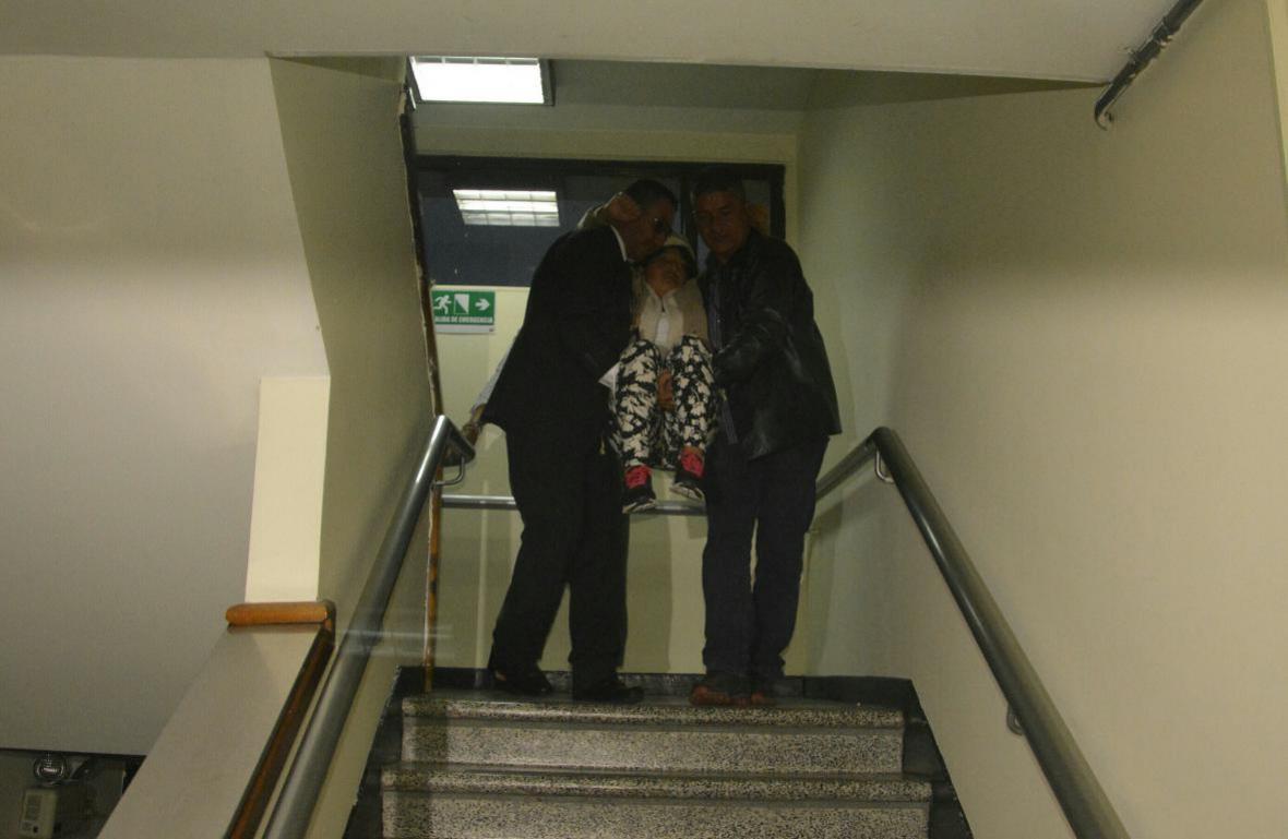 La madre de Yuliana Samboní al ser cargada tras recaída.