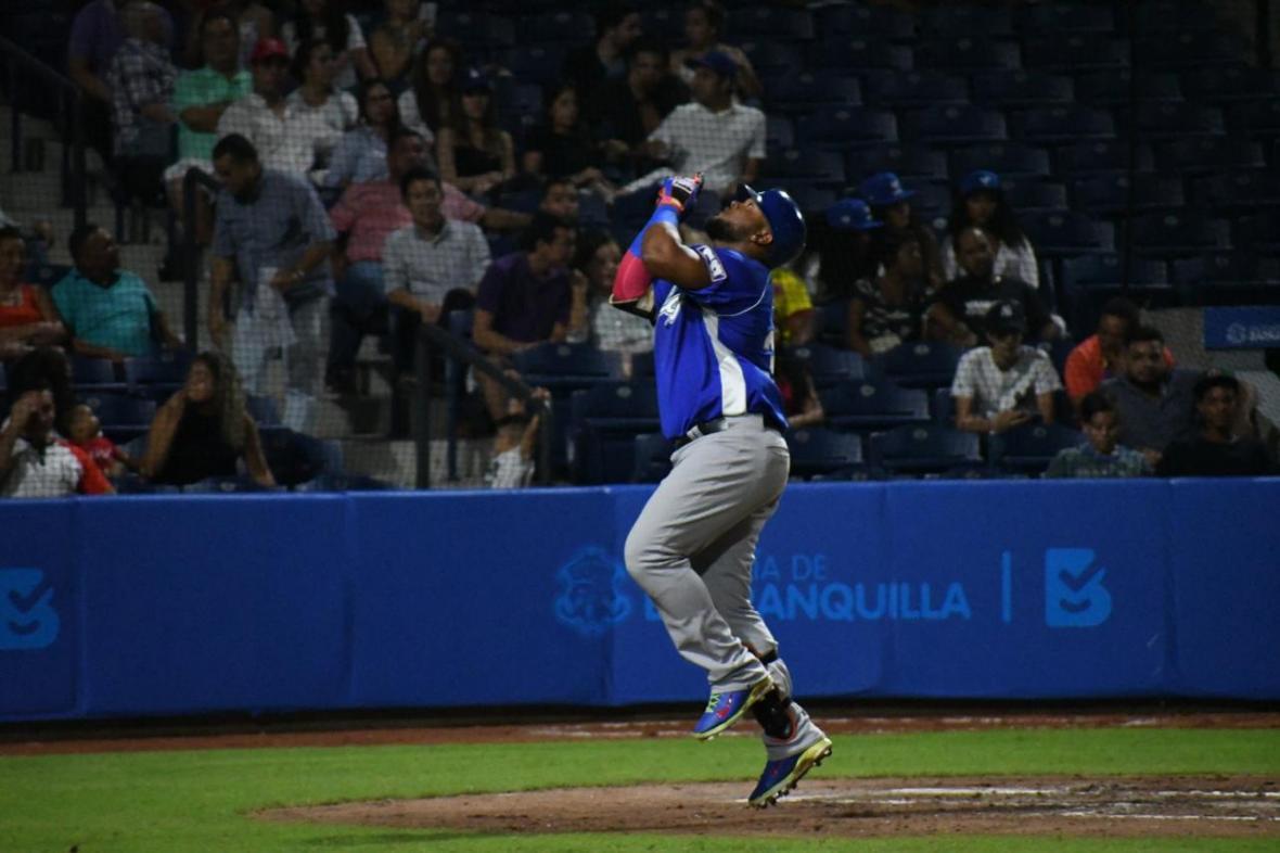 Dilson Herrera corriendo las bases tras conectar su jonrón.