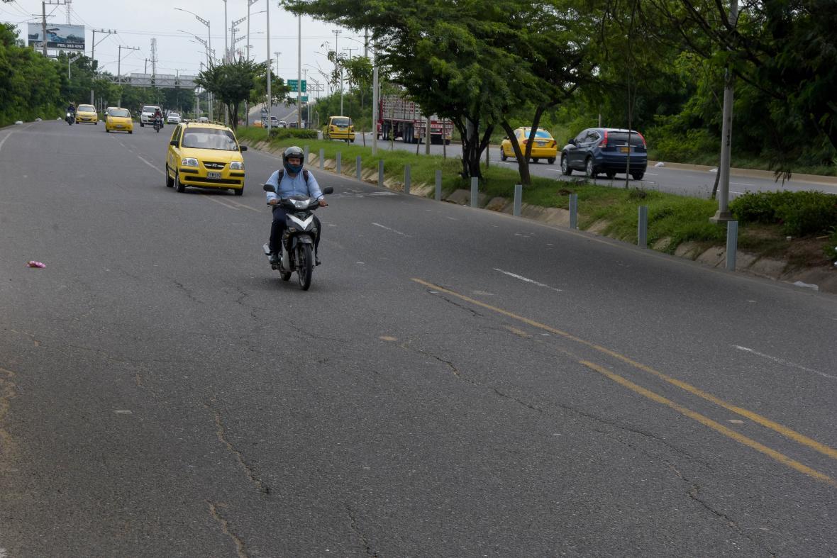 Ondulaciones en la carretera, en el tramo comprendido entre los puentes de la carreras 38 y 46 con Avenida Circunvalar.