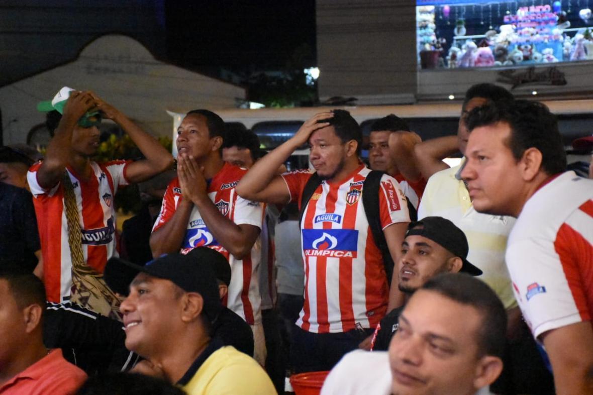Seguidores de Junior lamentan el fallo del penalti.