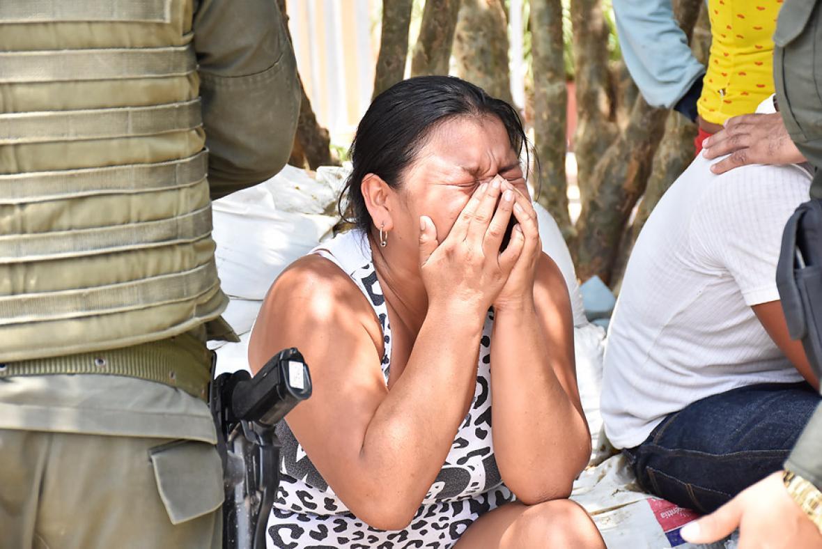 Una mujer llora durante la búsqueda de los sobrevivientes .