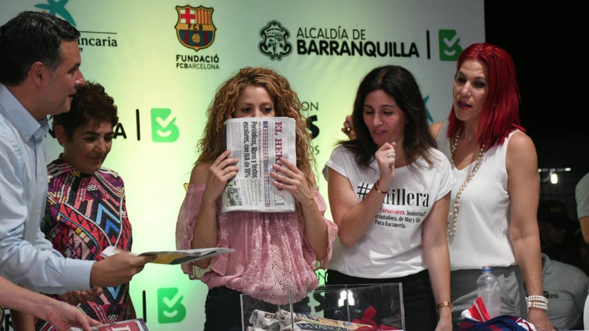 Shakira se lleva a la boca un ejemplar de EL HERALDO.