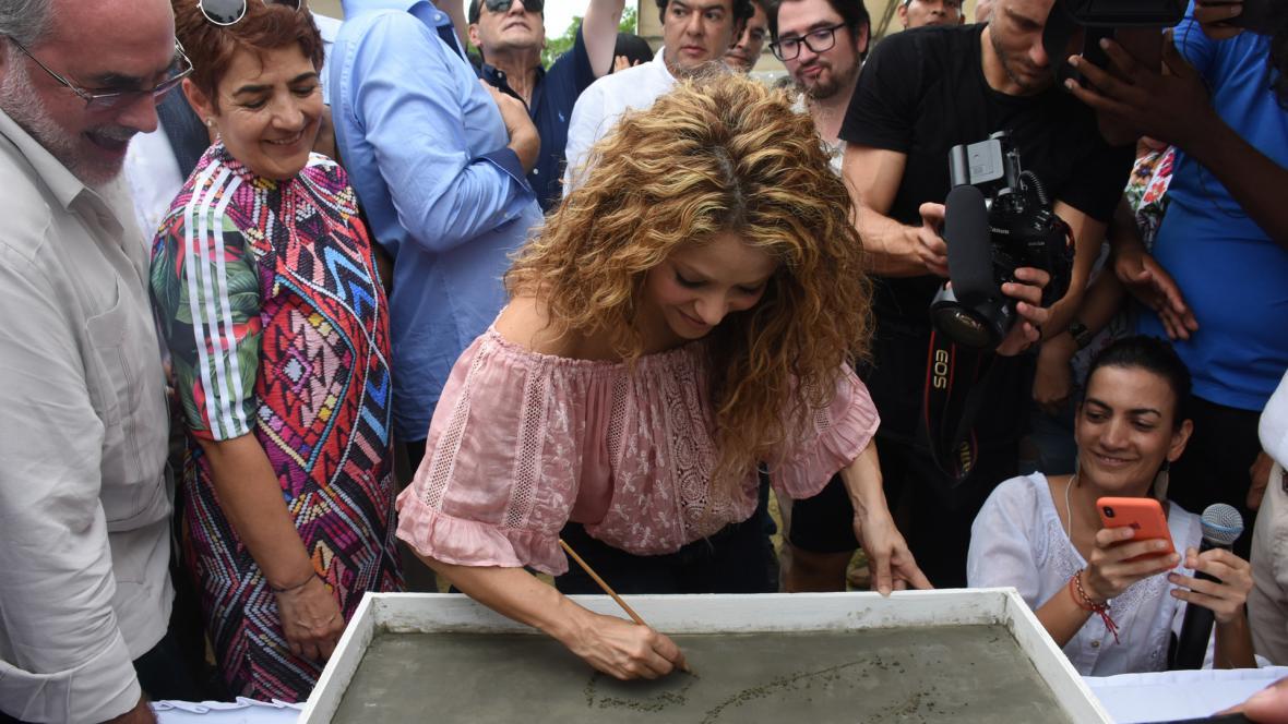 Shakira puso su firma en un espacio de cemento en el colegio que construirá en Cartagena.