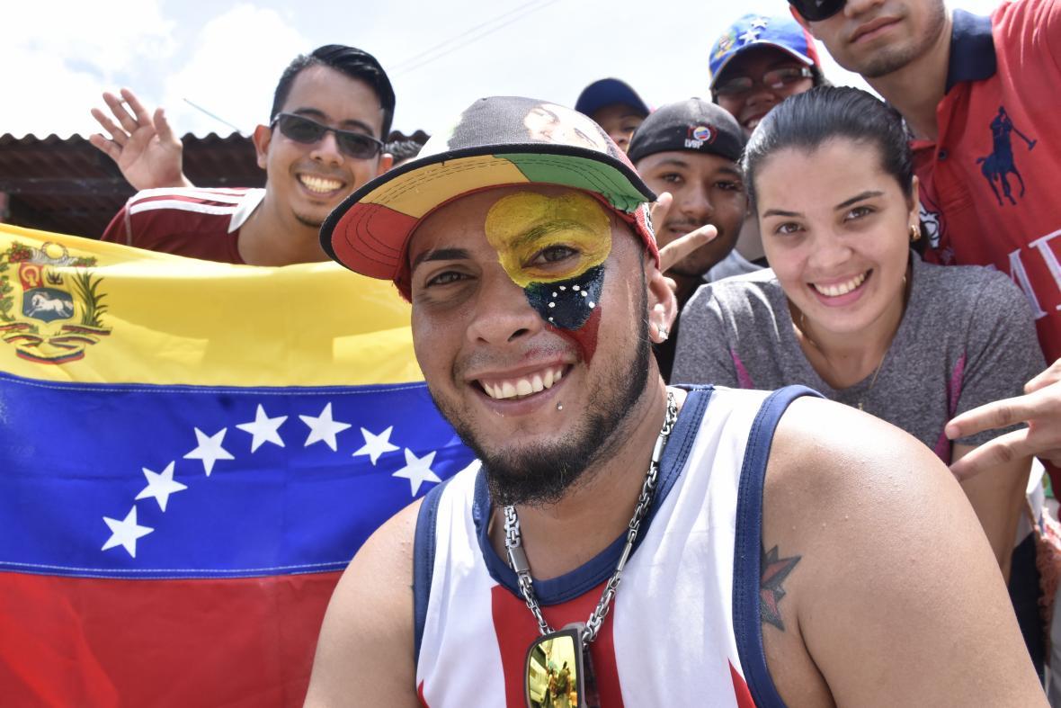 Jóvenes pintados y con banderas en la votación en Barranquilla.