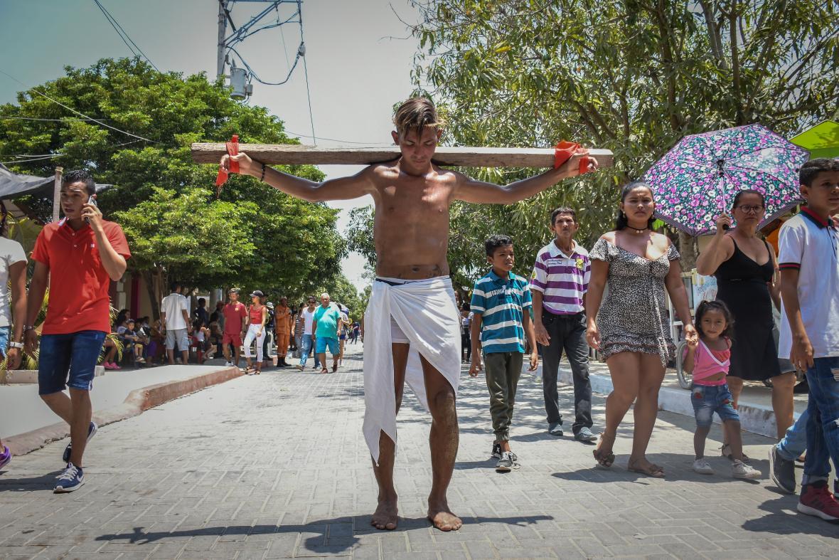 Rafael realiza el recorrido a pie descalzo y cargando una cruz de madera.