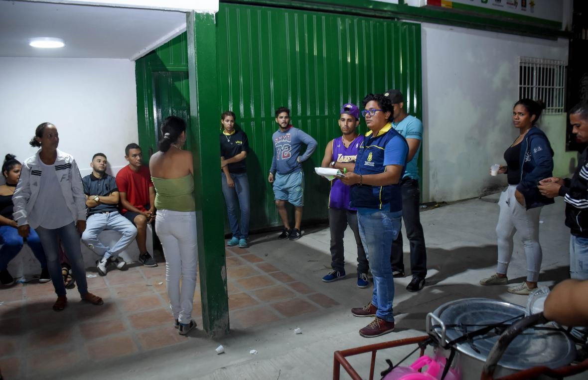 Un funcionario de la UNGRD informa a los migrantes de cómo se hace el registro en ese punto.