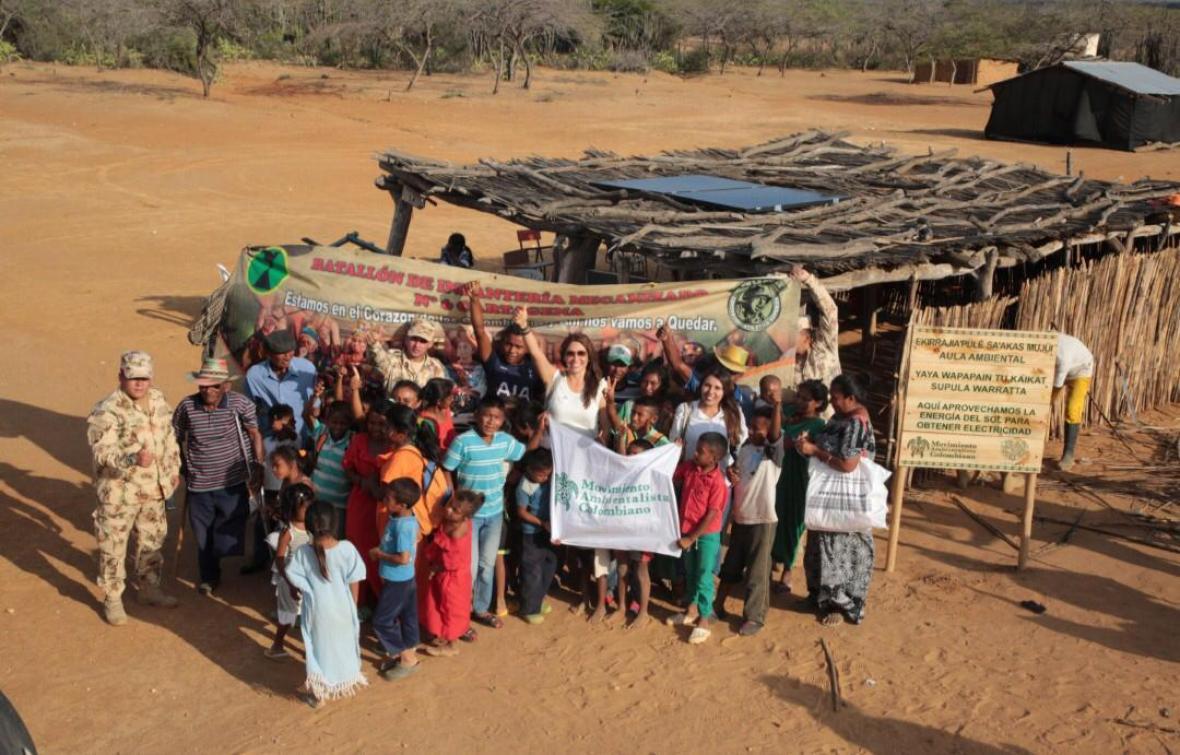 Integrantes de la comunidad ante la ranchería.