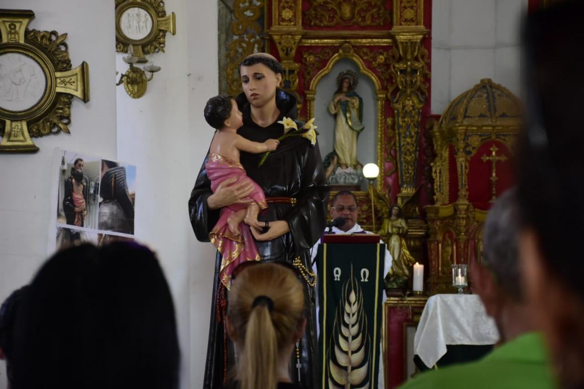 El párroco Jorge Mejía oficia una misa.