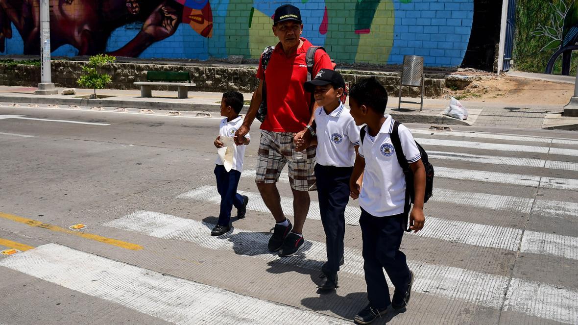 Niños atraviesan la vía a la altura de la carrera 50 con calle 44.