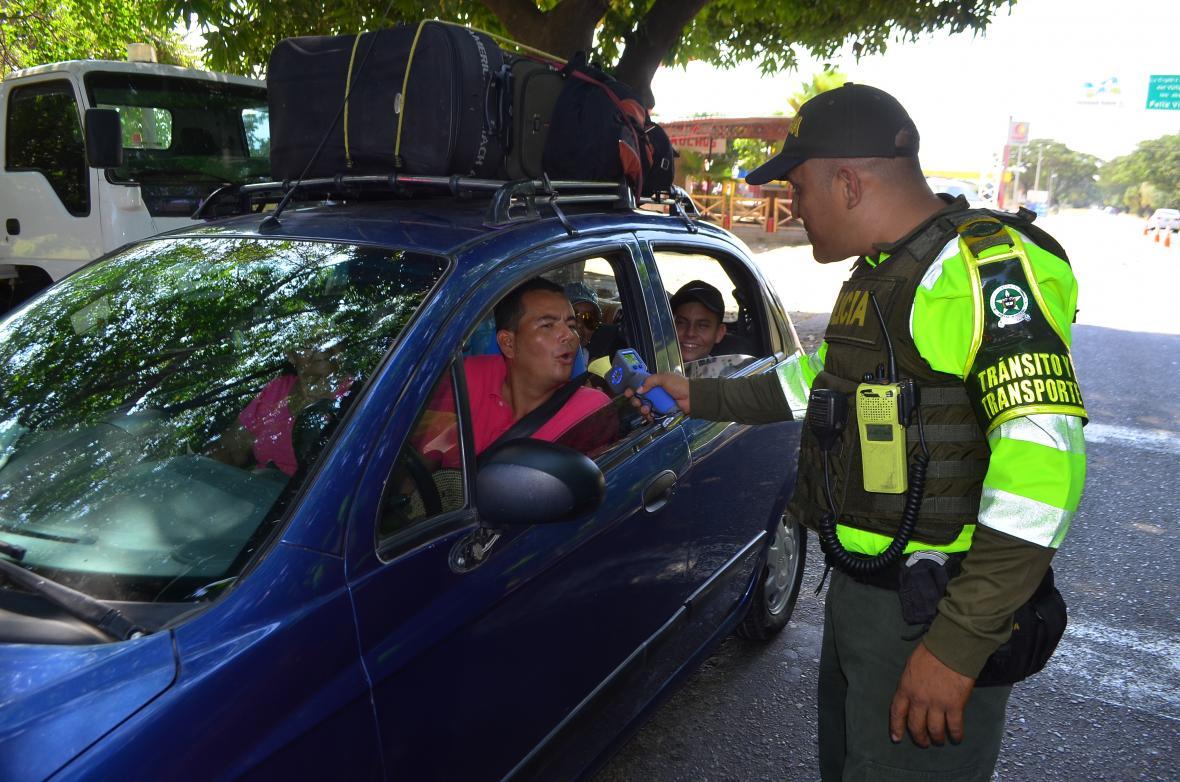 Un agente de tránsito hace una prueba de alcoholimetría a viajero en una de las vías del Cesar.