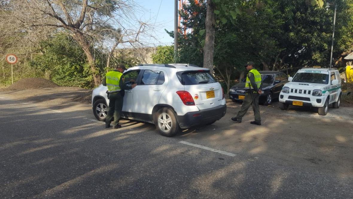 Dos agentes de tránsito realizan controles a un vehículo en el plan retorno en Córdoba.